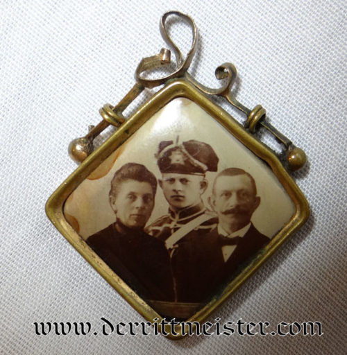 PATRIOTIC PHOTO PENDANT - SAXONY - HUSAREN TROOPER AND PARENTS' - Imperial German Military Antiques Sale