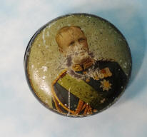 SMALL TIN BOX COMMEMORATING SAXONY'S KÖNIG FRIEDRICH AUGUST III - Imperial German Military Antiques Sale
